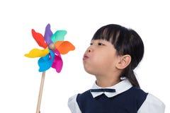 Ασιάτης λίγο κινεζικό κορίτσι που παίζει ζωηρόχρωμο Pinwheel Στοκ Φωτογραφία
