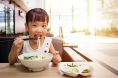 Ασιάτης λίγο κινεζικό κορίτσι που τρώει τη σούπα νουντλς βόειου κρέατος Στοκ φωτογραφίες με δικαίωμα ελεύθερης χρήσης