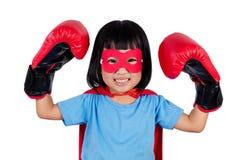 Ασιάτης λίγο κινεζικό κορίτσι που φορά το έξοχο κοστούμι ηρώων με τον εγκιβωτισμό Στοκ φωτογραφίες με δικαίωμα ελεύθερης χρήσης