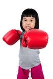 Ασιάτης λίγο κινεζικό κορίτσι που φορά το εγκιβωτίζοντας γάντι με άγριο Expre Στοκ Εικόνες