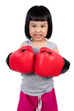 Ασιάτης λίγο κινεζικό κορίτσι που φορά το εγκιβωτίζοντας γάντι με άγριο Expre Στοκ Εικόνα