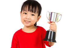 Ασιάτης λίγο κινεζικό κορίτσι χαμογελά με ένα τρόπαιο στα χέρια της Στοκ Εικόνες