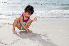 Ασιάτης λίγο κινεζικό παιχνίδι κοριτσιών στρώνει με άμμο Στοκ Εικόνα