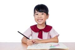 Ασιάτης λίγο κινεζικό σχέδιο κοριτσιών με τα μολύβια χρώματος Στοκ εικόνες με δικαίωμα ελεύθερης χρήσης