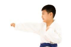 Ασιάτης λίγο Karate αγόρι στο άσπρο κιμονό Στοκ Εικόνες
