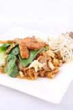 Ασιάτης ανακατώνει τηγανισμένα επίπεδα noodles ρυζιού. EW SE μαξιλαριών με το κοτόπουλο. Στοκ εικόνες με δικαίωμα ελεύθερης χρήσης