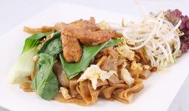 Ασιάτης ανακατώνει τηγανισμένα επίπεδα noodles ρυζιού. EW SE μαξιλαριών με το κοτόπουλο. Στοκ Εικόνα