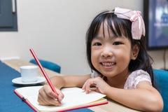Ασιάτης λίγη κινεζική εργασία γραψίματος κοριτσιών Στοκ Φωτογραφία