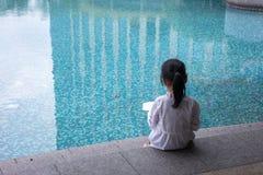 Ασιάτης λίγο κινεζικό κορίτσι που διαβάζει ένα βιβλίο Στοκ εικόνα με δικαίωμα ελεύθερης χρήσης