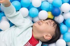 Ασιάτης λίγο κινεζικό κορίτσι που παίζει στις σφαίρες συγκεντρώνει Στοκ φωτογραφία με δικαίωμα ελεύθερης χρήσης