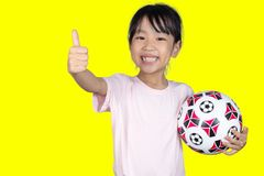 Ασιάτης λίγο κινεζικό ποδόσφαιρο εκμετάλλευσης κοριτσιών και παρουσίαση φυλλομετρεί επάνω Στοκ εικόνες με δικαίωμα ελεύθερης χρήσης