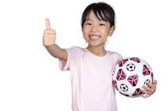 Ασιάτης λίγο κινεζικό ποδόσφαιρο εκμετάλλευσης κοριτσιών και παρουσίαση φυλλομετρεί επάνω Στοκ φωτογραφία με δικαίωμα ελεύθερης χρήσης