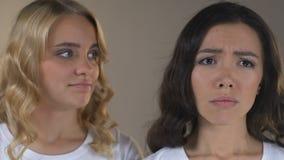 Ασιάτης με τη χρώση ακμής και δερμάτων είναι ζηλότυπος του φίλου της με το υγιές πρόσωπο απόθεμα βίντεο