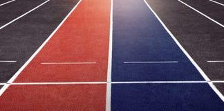 Ασιάτης πίσω από το σφυρί έννοιας ανταγωνισμού επιχειρησιακών επιχειρηματιών υπόκλισης που κρατά δύο Δύο πάροδοι του τρεξίματος τ Στοκ Εικόνες