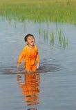 Ασιάτης, ποτίζει, μικρό παιδί, κίνδυνος Στοκ Φωτογραφίες