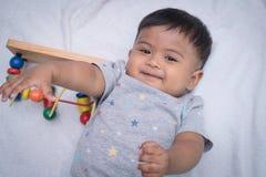 Ασιάτης που βρίσκεται στο κάλυμμα και το χαμόγελο Στοκ Φωτογραφία