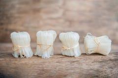 Ασιατικά άψητα νουντλς, που δένονται με το φυσικό σχοινί ασιατικά τρόφιμα έννοιας στοκ φωτογραφία με δικαίωμα ελεύθερης χρήσης