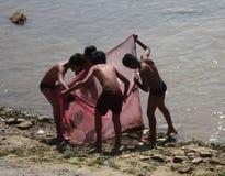 Ασιατικά αγόρια που κοιτάζουν μέσα σε ένα δίχτυ του ψαρέματος Στοκ Εικόνες