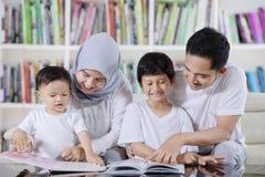 Ασιατικά βιβλία οικογενειακής ανάγνωσης στη βιβλιοθήκη στοκ φωτογραφία με δικαίωμα ελεύθερης χρήσης