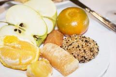 Ασιατικά γλυκά, σε ένα πιάτο των φρούτων, της περικοπής Apple και του σπασμένου ουρακοτάγκου Στοκ εικόνες με δικαίωμα ελεύθερης χρήσης