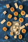 Ασιατικά γλυκά, baklava, halva, σουσάμι με το μέλι, sherbet σε ένα μπλε υπόβαθρο αραβικά γλυκά Τοπ όψη Στοκ εικόνα με δικαίωμα ελεύθερης χρήσης