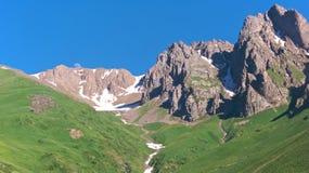 ασιατικά κεντρικά βουνά ανατολής του φεγγαριού κατά τη διάρκεια του καλοκαιριού Στοκ Φωτογραφίες
