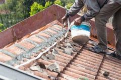 Ασιατικά κεραμίδια στεγών εργαζομένων ασφαλή με το τσιμέντο στο παλαιό κτήριο στοκ εικόνες με δικαίωμα ελεύθερης χρήσης