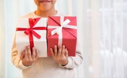 Ασιατικά κιβώτια δώρων εκμετάλλευσης αγοριών Στοκ Εικόνες