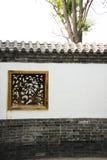 Ασιατικά κινεζικά παλαιά κτήρια, άσπροι τοίχοι, κεραμίδια και ξύλινο παράθυρο Στοκ Εικόνα