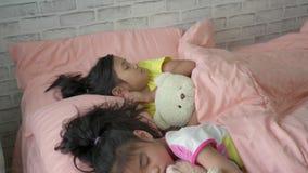 Ασιατικά κορίτσια που κοιμούνται στο κρεβάτι απόθεμα βίντεο