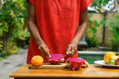 Ασιατικά κοριτσιών φρούτα δράκων φλούδας κόκκινα, Ινδονησία, Μπαλί Στοκ Φωτογραφίες