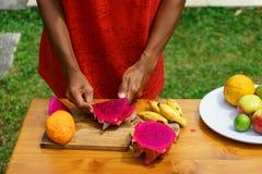 Ασιατικά κοριτσιών φρούτα δράκων φλούδας κόκκινα, Ινδονησία, Μπαλί Στοκ φωτογραφίες με δικαίωμα ελεύθερης χρήσης