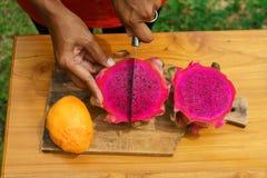 Ασιατικά κοριτσιών φρούτα δράκων φλούδας κόκκινα, Ινδονησία, Μπαλί Στοκ εικόνα με δικαίωμα ελεύθερης χρήσης