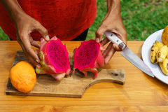 Ασιατικά κοριτσιών φρούτα δράκων φλούδας κόκκινα, Ινδονησία, Μπαλί Στοκ Φωτογραφία