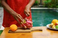 Ασιατικά κοριτσιών φρούτα δράκων φλούδας κόκκινα, Ινδονησία, Μπαλί Στοκ εικόνες με δικαίωμα ελεύθερης χρήσης
