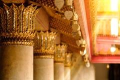 Ασιατικά κουδούνια παράδοσης μπροστά από το διάσημο μαρμάρινο ναό στο βουδισμό Wat Benchamabophit Στοκ Εικόνες
