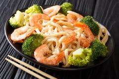 Ασιατικά νουντλς ύφους udon με τη σάλτσα clo γαρίδων, μπρόκολου και σόγιας στοκ φωτογραφίες με δικαίωμα ελεύθερης χρήσης
