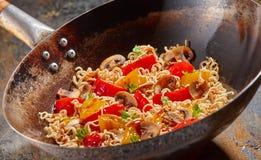 Ασιατικά νουντλς με το πιπέρι και τα μανιτάρια κουδουνιών Στοκ φωτογραφία με δικαίωμα ελεύθερης χρήσης