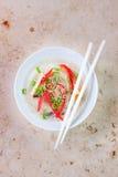 Ασιατικά νουντλς ρυζιού με τα λαχανικά και σουσάμι σε ένα κύπελλο σε ένα μαρμάρινο υπόβαθρο Στοκ φωτογραφία με δικαίωμα ελεύθερης χρήσης