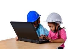 Ασιατικά παιδιά που φορούν το κράνος ασφάλειας και που σκέφτονται τη μηχανή πλανίσματος που απομονώνεται στο άσπρο υπόβαθρο Παιδι στοκ εικόνες με δικαίωμα ελεύθερης χρήσης