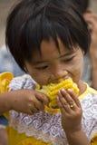 Ασιατικά παιδιά που τρώνε το καλαμπόκι Στοκ Φωτογραφία