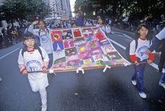 Ασιατικά παιδιά που φέρνουν την πολυεθνική σημαία στην παρέλαση ημέρας του Columbus, πόλη της Νέας Υόρκης, Νέα Υόρκη στοκ φωτογραφία με δικαίωμα ελεύθερης χρήσης