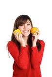 Ασιατικά πιέζοντας φρούτα και λαχανικά κοριτσιών ενάντια στο πρόσωπό της Στοκ Εικόνες