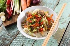 ασιατικά τηγανισμένα τρόφιμα παραδοσιακά λαχανικά ρυζιού Νουντλς Udon με το κρέας, λαχανικά, chil Στοκ Εικόνες