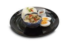 ασιατικά τρόφιμα Κάρρυ χοιρινού κρέατος που καρυκεύεται με το πιπέρι πουλιών με το ρύζι στο άσπρο υπόβαθρο Στοκ Φωτογραφία