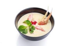 ασιατικά τρόφιμα Σούπα καβουριών σε ένα μαύρο πιάτο Στοκ Εικόνες