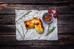 ασιατικά τρόφιμα Samsa με τη σάλτσα και τα χορτάρια ντοματών Ξύλινη ανασκόπηση Τοπ όψη Στοκ Φωτογραφίες