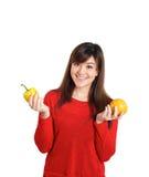 Ασιατικά φρούτα και λαχανικά εκμετάλλευσης κοριτσιών Στοκ φωτογραφία με δικαίωμα ελεύθερης χρήσης