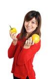 Ασιατικά φρούτα και λαχανικά εκμετάλλευσης κοριτσιών Στοκ Φωτογραφίες