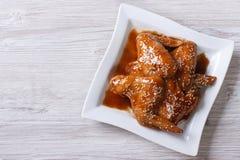 Ασιατικά φτερά κοτόπουλου που βερνικώνονται με τη τοπ άποψη σουσαμιού οριζόντια Στοκ Φωτογραφίες